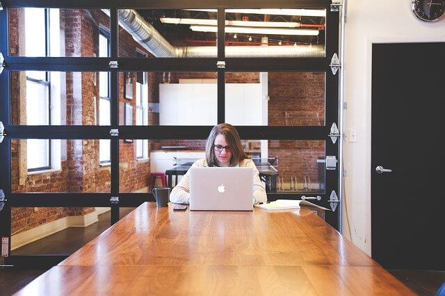 Nainen tekee töitä tietokoneella